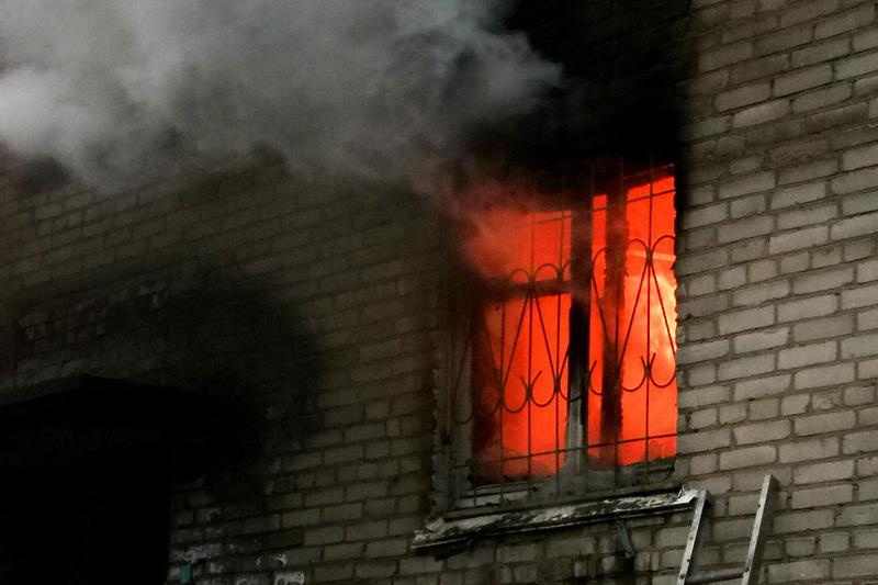 Во Мге пожарные бензорезом вскрывали дверь в горящую квартиру