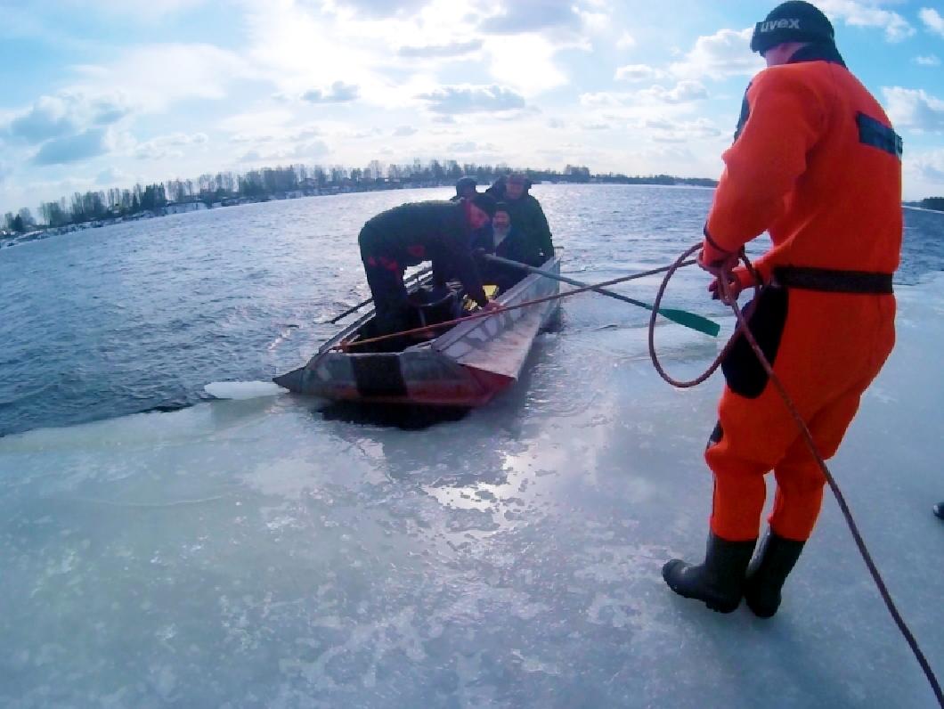 Трех рыбаков на льдине и одного спешащего на помощь в лодке спасали на Неве