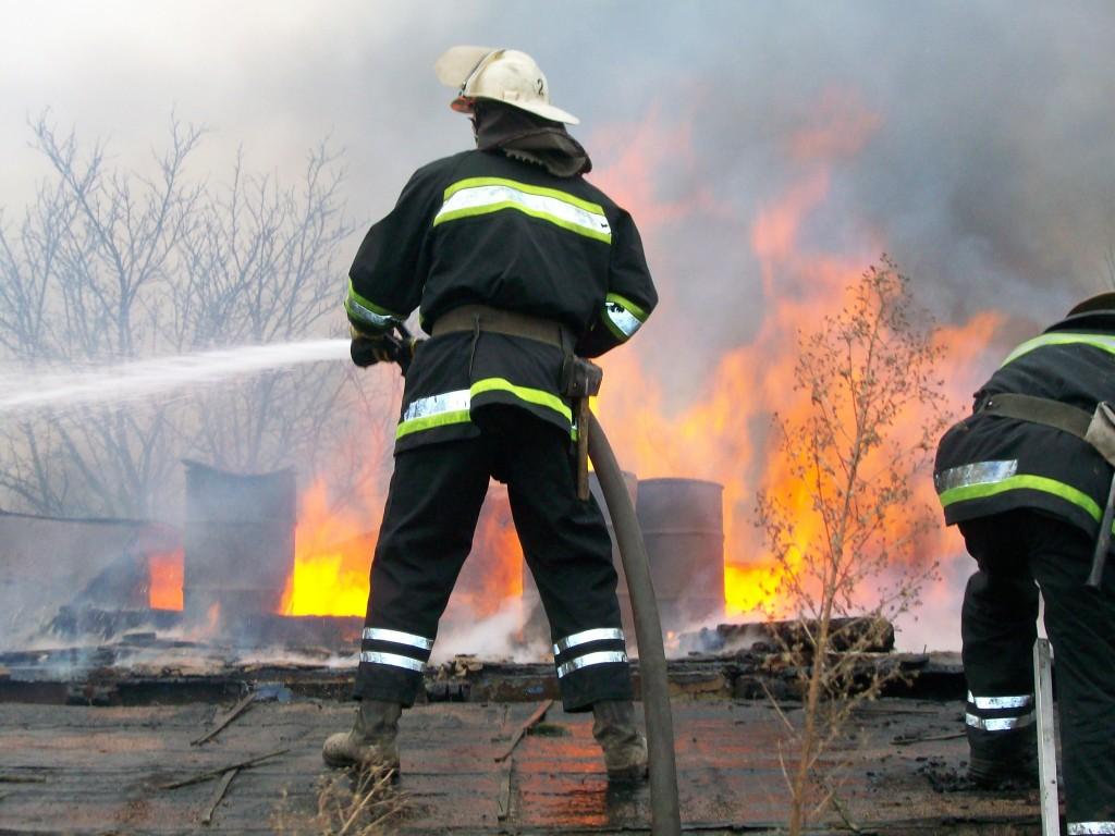 Из горящего дома во Мге вывели 13 человек
