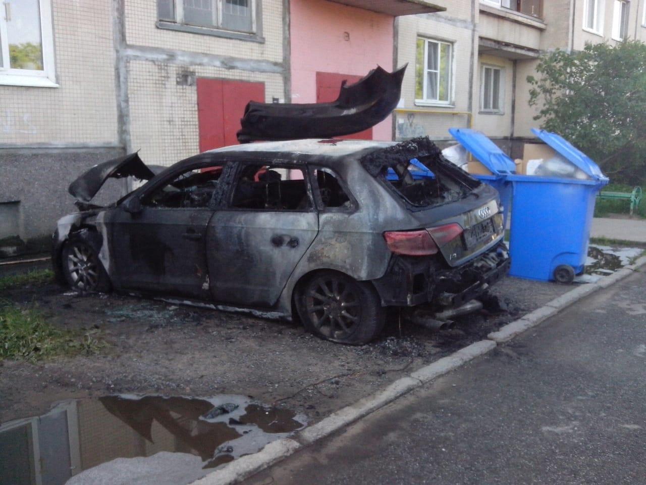 В Шлиссельбурге на Малоневском 10 ночью сгорела машина