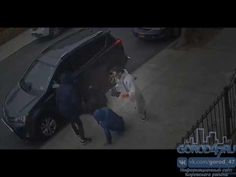 На улице Набережная в Кировске, ограбили мужчину
