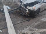 Mitsubishi въехал в столб на дороге в Кировск